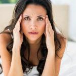 болит голова во время месячных